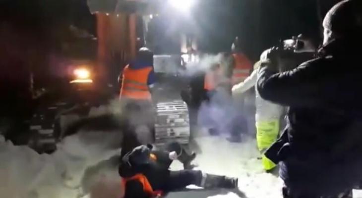 Противники мусорного полигона на границе с Коми встали живым щитом, а их давили грузовиками (видео)