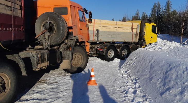 В Коми КамАЗ протаранил два УАЗа, сбил пешехода и столкнулся с грузовиком