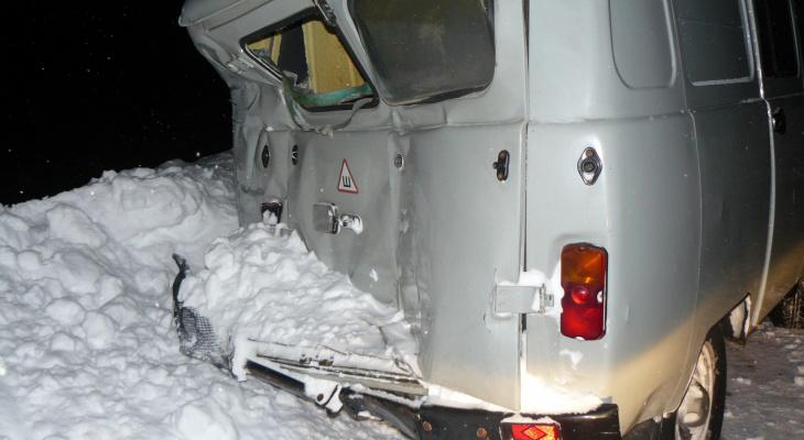В Коми на лесной дороге столкнулись «буханка» и автобус, пострадали четверо (фото)