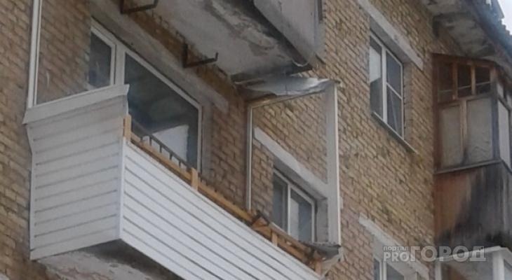 В Сыктывкаре глыба снега снесла балкон третьего этажа (фото)