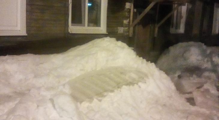 В Сыктывкаре ледяная глыба рухнула на провода и оставила жильцов дома в полной темноте на весь день (фото)