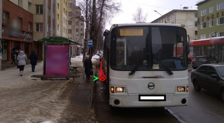 В Сыктывкаре автобус наехал на мужчину прямо на остановке