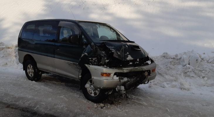 В Коми водитель  «Митсубиши» задел КрАЗ и отправился в больницу
