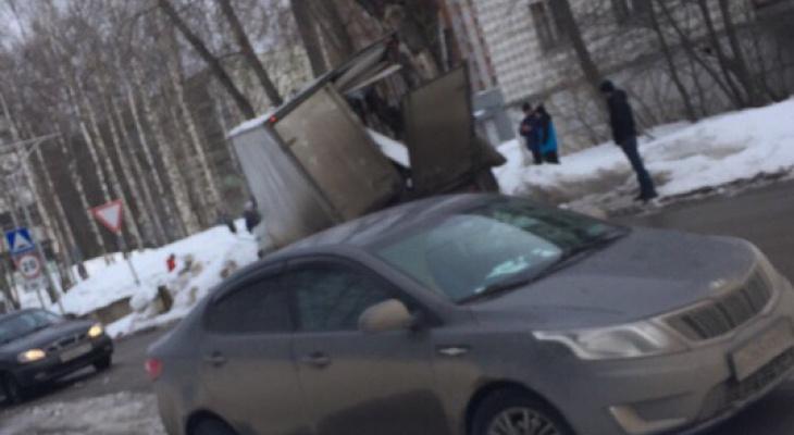 В Сыктывкаре «Газель» влетела в дерево: у авто разнесло кабину (фото)