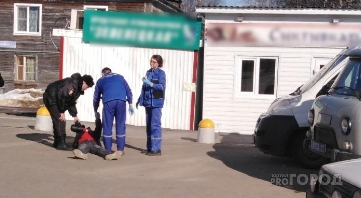 В Сыктывкаре бледный человек лежал прямо посреди улицы (фото)