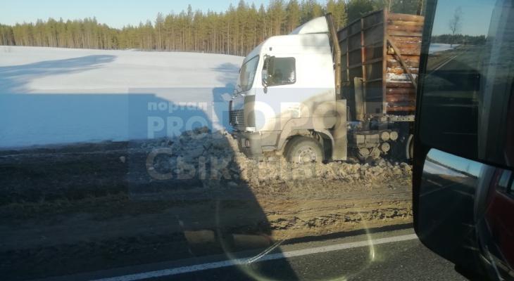 В Коми водитель грузовика уснул за рулем и «закопал» авто в обочине (фото)