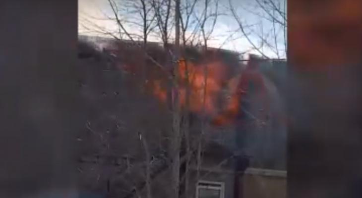 В Коми полыхает деревянное общежитие, пламя объяло второй этаж (видео)