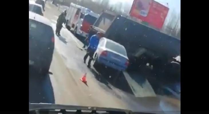 В Сыктывкаре столкнулись КамАз и «Форд», на место прибыли пожарные (видео)