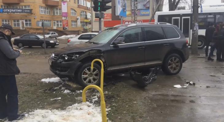 В Сыктывкаре «Фольксваген» протаранил «Шевроле» и вылетел на тротуар (видео)