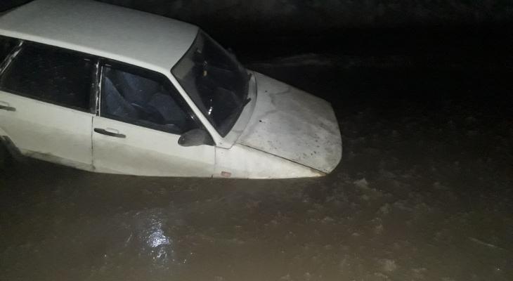 В Коми водитель «Лады» решил проскочить через реку и утопил свое авто  (фото)