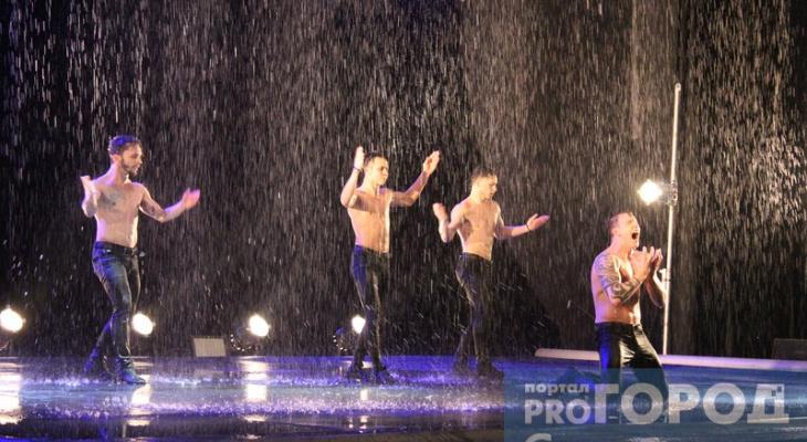 В Сыктывкаре на шоу под дождем танцоры в образе гопников вытащили на сцену мужчину и подарили ему букет роз