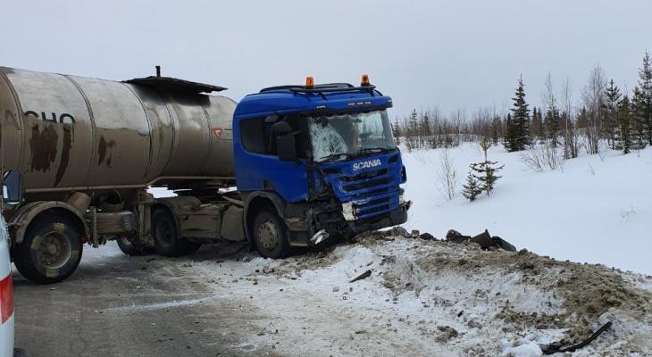 Появились фото и видео с места смертельной аварии с «Ауди» и бензовозом в Коми