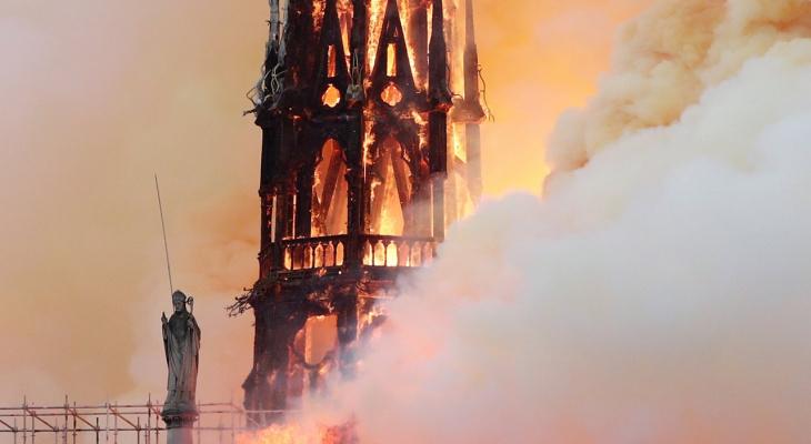 Во Франции полыхает собор Парижской Богоматери