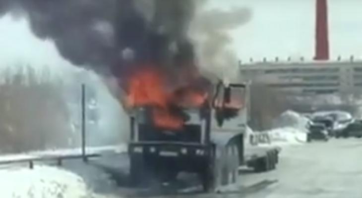 В Коми посреди дороги полыхал грузовик (видео)
