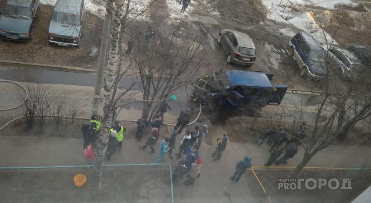 В Сыктывкаре во дворе дома загорелась машина, и водитель сам бросился ее тушить (видео)