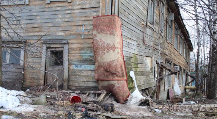 Сыктывкарка плакала и рассказывала о доме с ковром вместо стены: «Мы с детьми здесь погибнем»