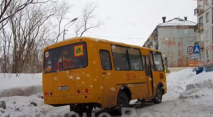 В Коми детский автобус, который занесло на снежной колее, перекрыл всю дорогу (видео)
