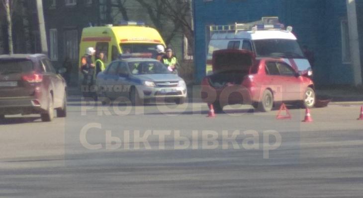В Сыктывкаре на оживленном перекрестке столкнулись две иномарки, пострадал ребенок (видео)