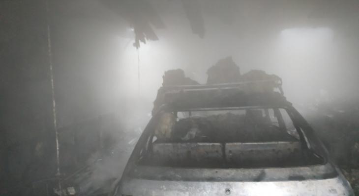 В Коми мощный пожар уничтожил машину прямо в гараже (фото)