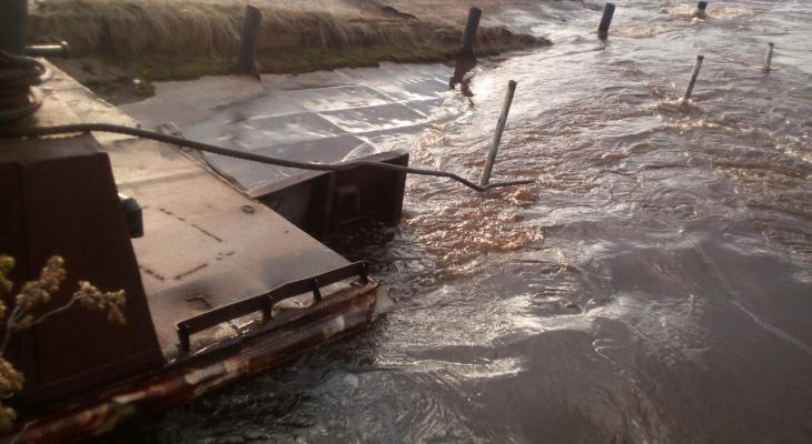 В Коми под воду ушла целая дорога и часть улицы (фото)