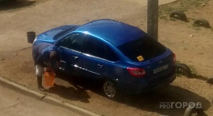 «Уже докопаться не до чего?»: сыктывкарцы встали на защиту мужчины, который мыл свое авто во дворе
