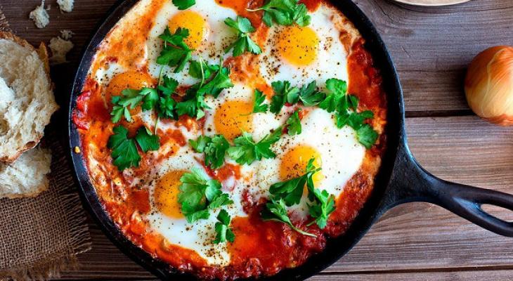 Рецепт завтрака от сыктывкарского повара: шакшука или яичница с помидорами