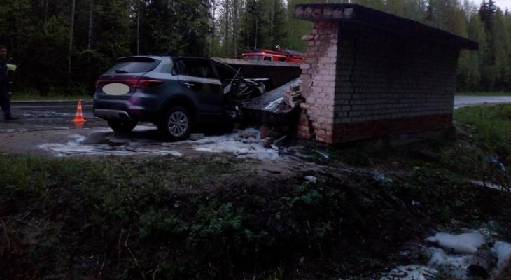 В Коми внедорожник разнес автобусную остановку и загорелся