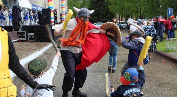 В День защиты детей в Сыктывкаре викинг бился с ребятами на топорах, а Человек-паук крутил сальто (фото)