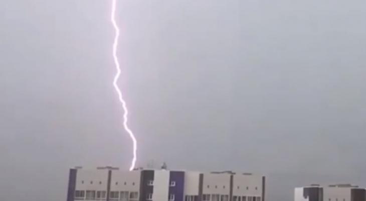Сильный ветер и грозы: в Коми объявили второе штормовое предупреждение