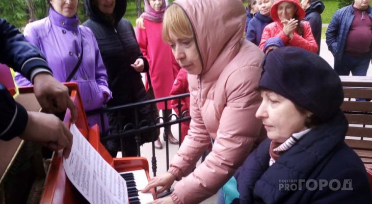 В парке Сыктывкара появилось красное пианино, на котором можно играть всем