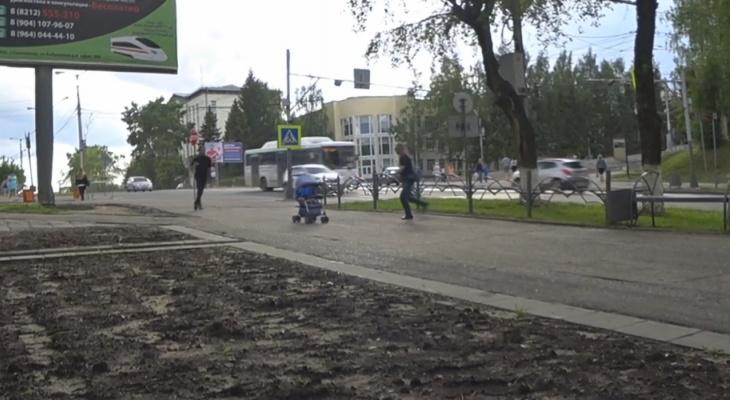 Эксперимент: остановят ли сыктывкарцы детскую коляску, которая катится с горы (видео)