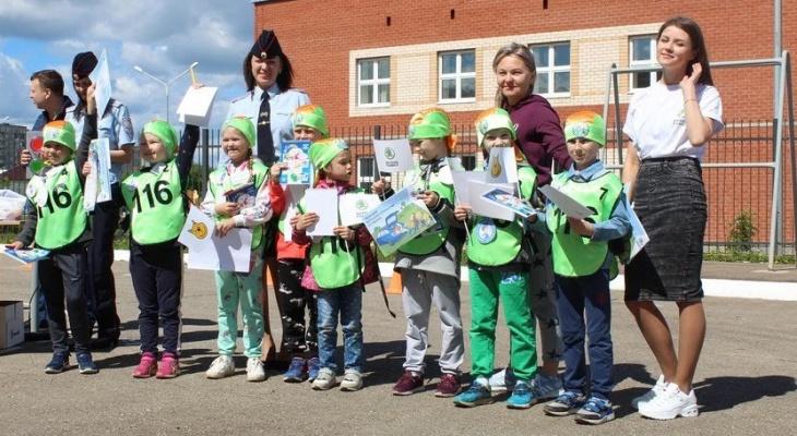«Змейка», «Восьмерка» и парковка: дети в Сыктывкаре сдавали экзамен по вождению