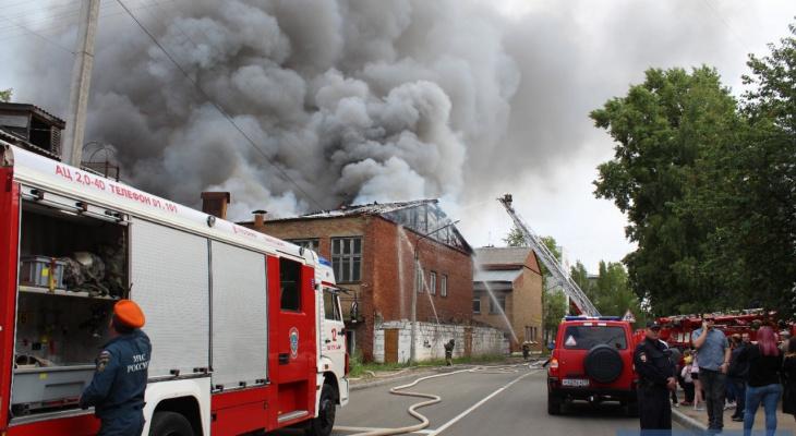 Фоторепортаж: как пожарные тушили индустриальный колледж в Сыктывкаре