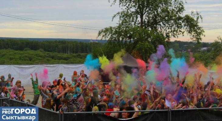 В Кировском парке сыктывкарцы устроили «битву» пакетами с яркой краской (фото)
