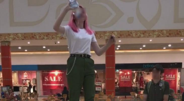Сыктывкарки сняли видео, в котором обливают себя водой и целуются с незнакомкой