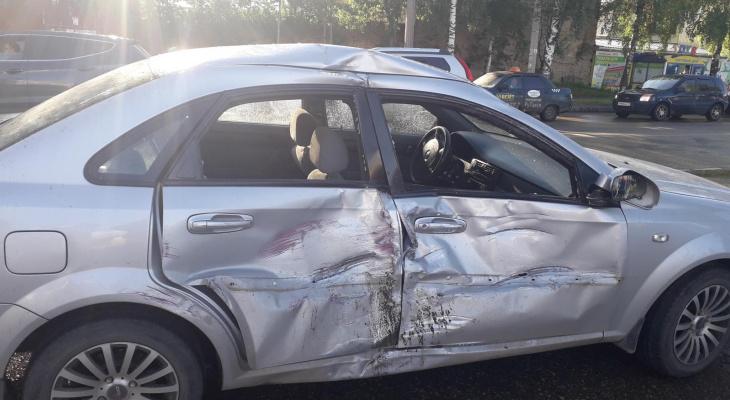 В Сыктывкаре на шоссе столкнулись «Шевроле» и «буханка», пострадали два человека (фото)