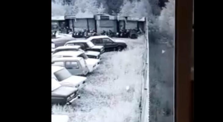 На штрафстоянке в Сыктывкаре камера засняла летающий белый шар (видео)