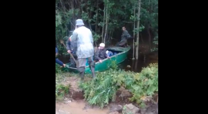 Появилось видео страшного потопа на востоке Коми: из бурлящих потоков воды вытаскивают людей