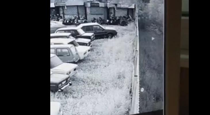 Камера засняла летающий белый шар на стоянке в Сыктывкаре: что это было