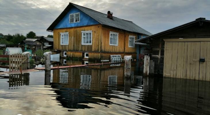 Наводнение в селе Коми: «Вода добралась до домов, но людям говорят, что подтопления нет»
