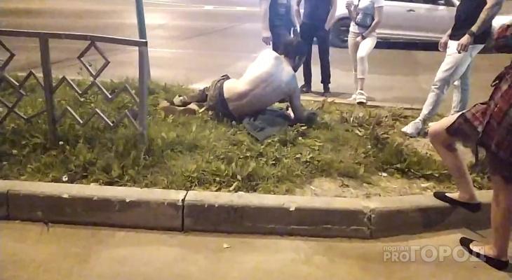 В Сыктывкаре неадекватный парень кидался под машины и раздевался (фото)