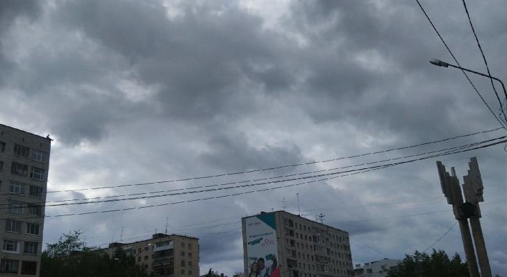 Фото дня в Сыктывкаре: человек на краю крыши в центре города