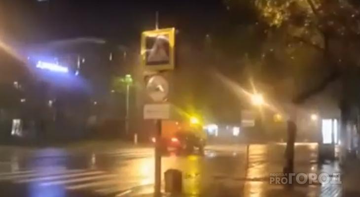 «Самое время»: в Сыктывкаре машина поливала улицы прямо во время дождя (видео)