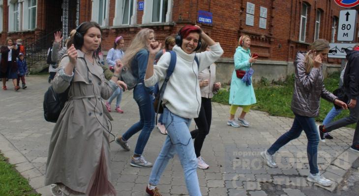 Толпа людей танцевала на улицах Сыктывкара под музыку, которую никто не слышал