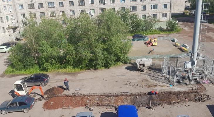 В Коми сотовый оператор поставил вышку в двух шагах от детской площадки (фото)