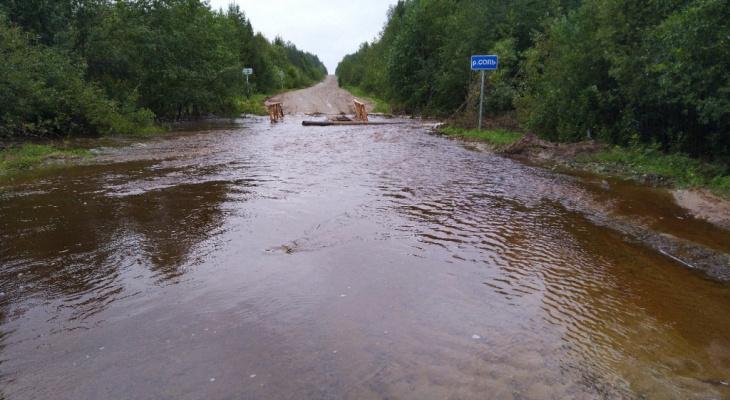 Жителям района Коми, где ручей превратился в реку, посоветовали ездить через лес
