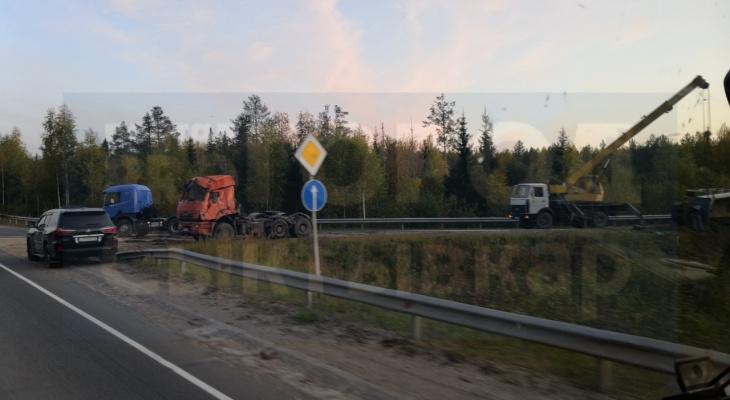 В Сыктывкаре с дороги опрокинулся многотонный КамАЗ (фото)