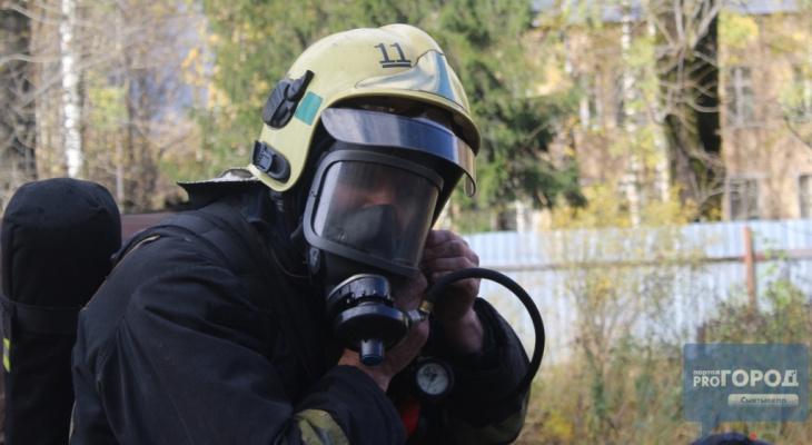 В Сыктывкаре неизвестные спалили три квартиры в жилом доме