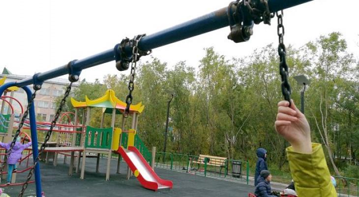 В одном из городов Коми взрослым и подросткам запретили ходить на качели