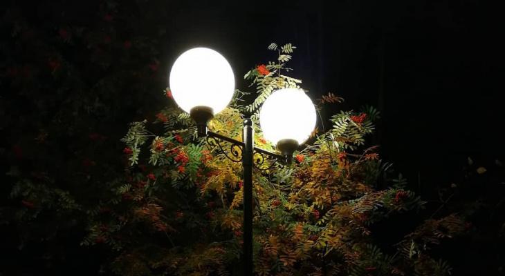 Фото дня в Сыктывкаре: сказочный фонарь под осенней рябиной